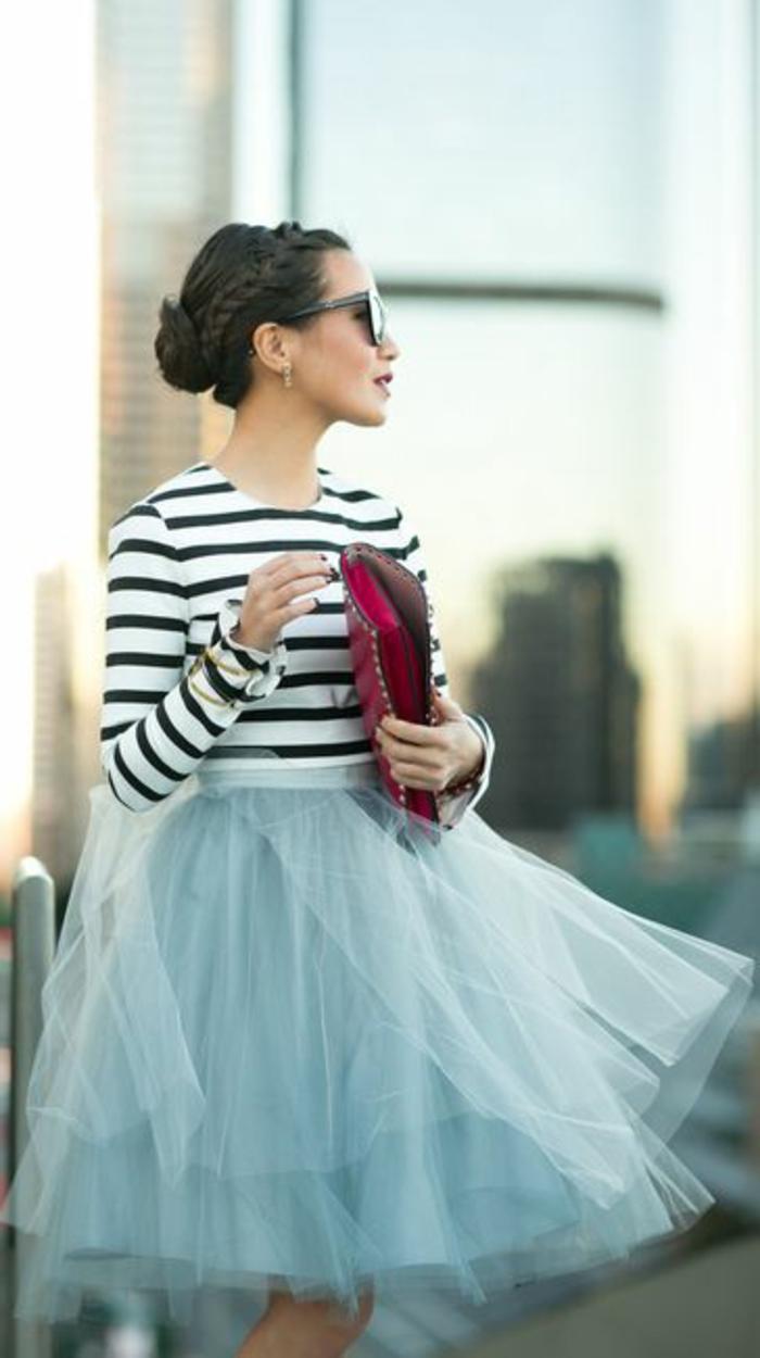 1-jupe-sequin-parapluie-et-t-shirt-a-rayures-noires-lunettes-noirs-sac-a-main-rouge
