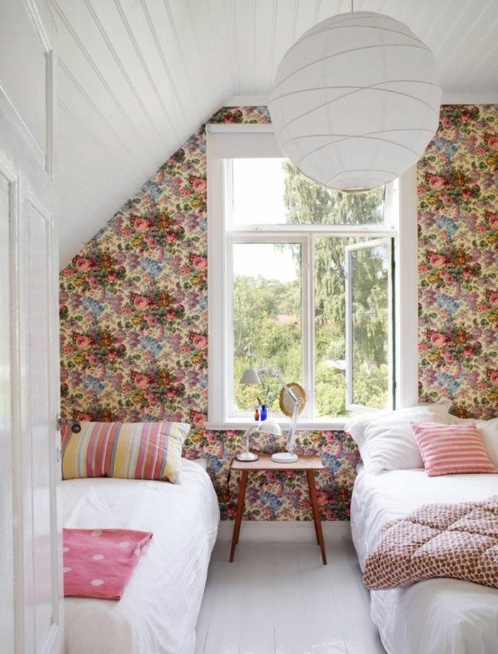 1-la-plus-belle-chambre-a-coucher-sous-pente-beaucoup-de-lumière-esprit-rustique-papier-peint-fleuri-anglais