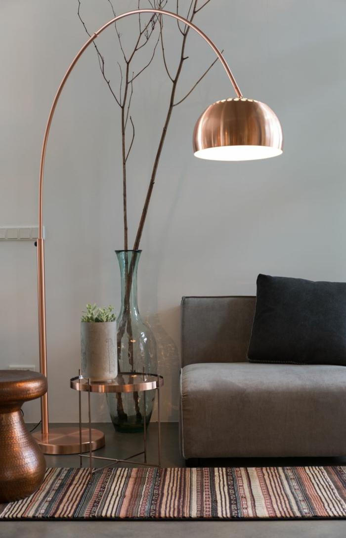 1-lamadaire-conforama-pour-le-salon-avec-mur-gris-et-canapé-gris-tapis-coloré-dans-le-salon-moderne