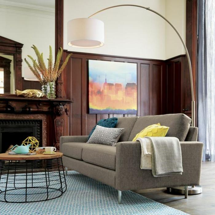 1-lampe-arc-dans-le-salon-moderne-tapis-bleu-clair-et-canape-gris-coussins-decoratifs