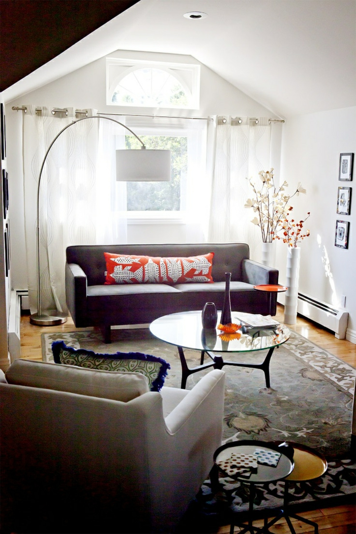 1-lampe-arc-dans-le-salon-tapis-beige-et-fleurs-d-interieur-blanches-rideaux-longs-blancs