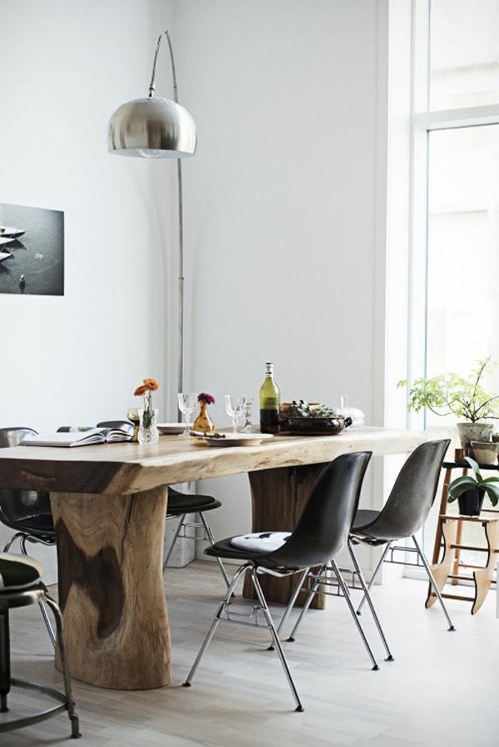 1-lampe-arc-dans-toute-sa-beauté-table-en-bois-massif-chaises-noires-en-plastique