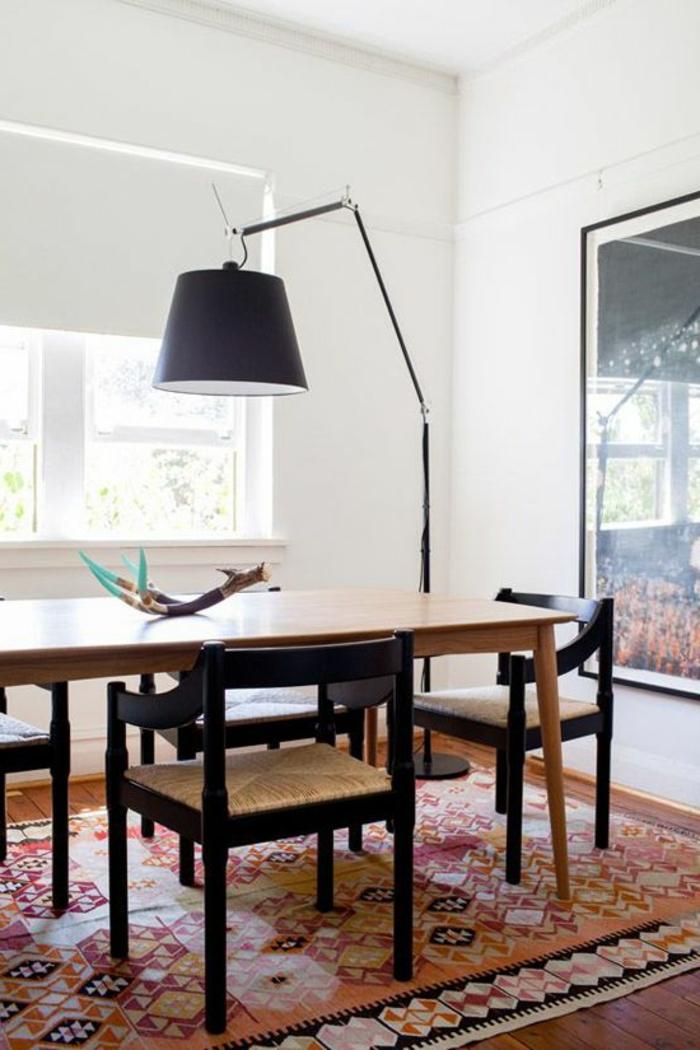 1-lampe-arc-lampe-de-salon-pas-cher-lampadaire-halogene-dans-la-salle-de-sejour-avec-tapis-coloré
