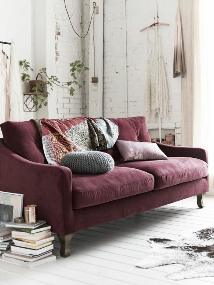 1-le-canapé-de-couleur-bordeaux-comment-associer-les-couleurs-dans-le-salon-mur-de-briques