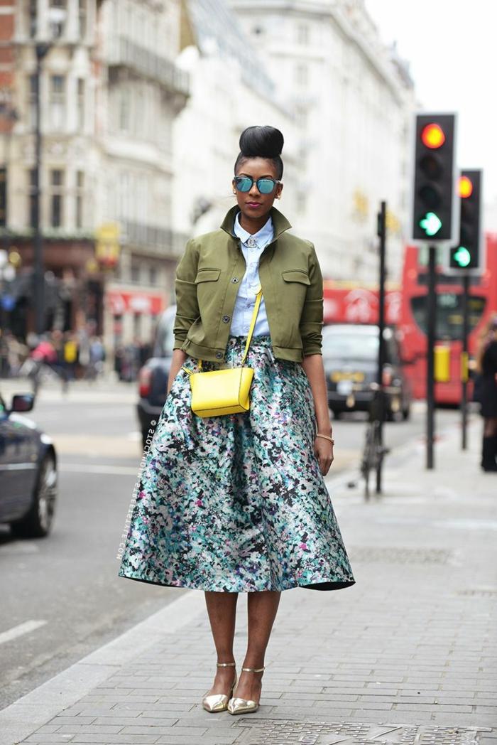 1-les-filles-modernes-avec-jupe-sequin-coloré-une-jolie-femme-marche-sur-la-rue