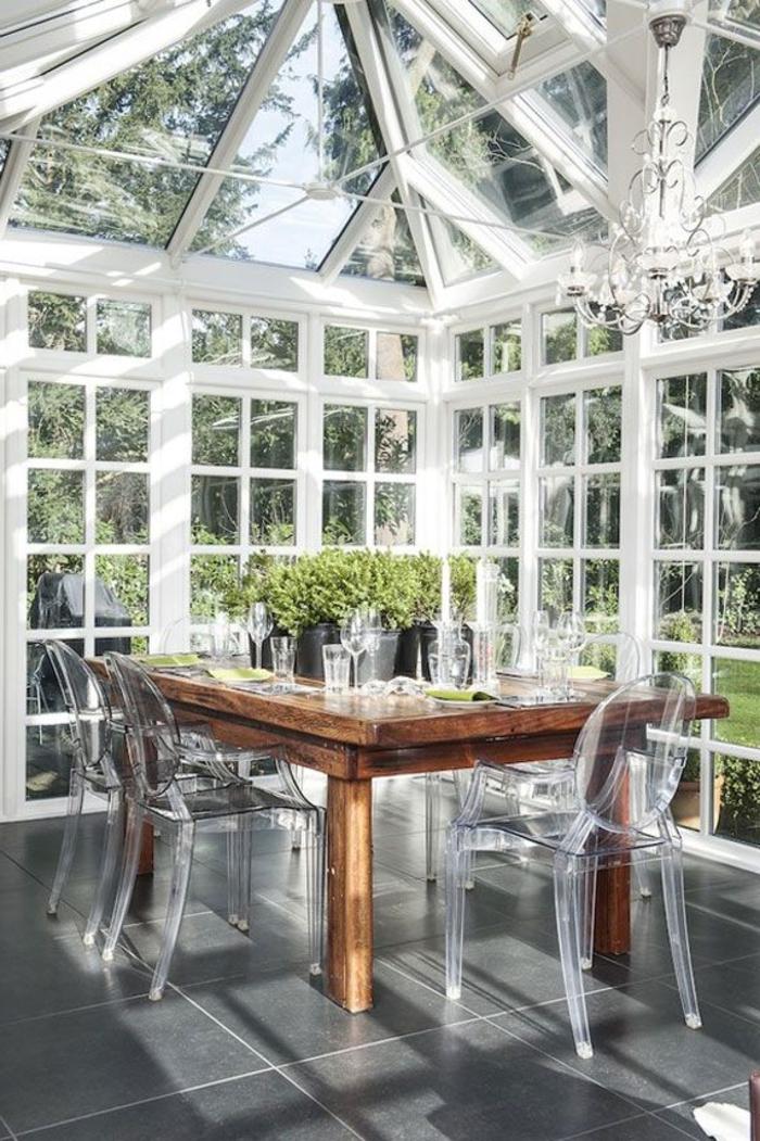 1-les-plus-belles-vérandas-en-kit-avec-murs-et-plafond-en-verre-chaises-transparentes