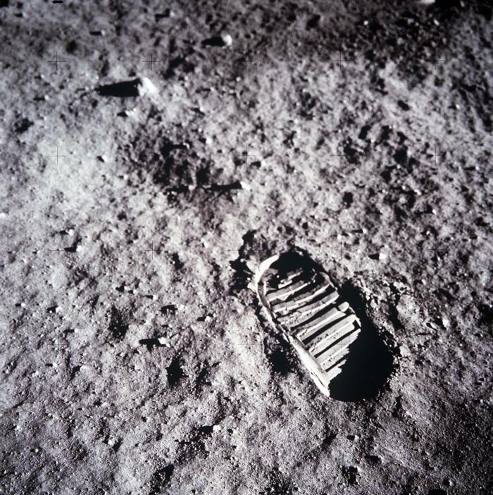 1-les-premiers-pas-sur-la-lune-Neil-Armstrong-emprunte-le-pas