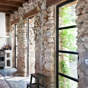Optez pour le mur en pierre apparente, si vous voulez avoir un intérieur moderne!