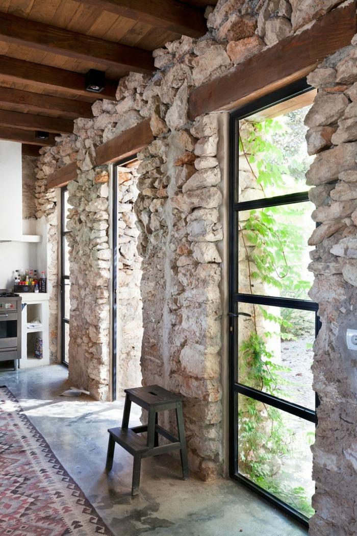 Le mur en pierre apparente en 57 photos for Fenetre qui rentre dans le mur