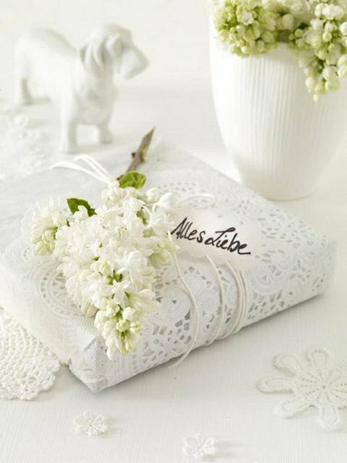 1-papier-cadeau-original-pliage-de-papier-cadeau-en-dentelle-blanche-comment-decorer-un-cadeau