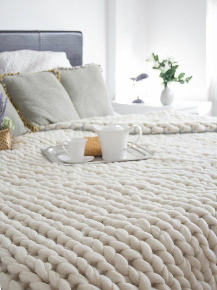 1-plaid-pas-cher-tricote-blanc-pour-couverture-de-lit-blanche-coussins