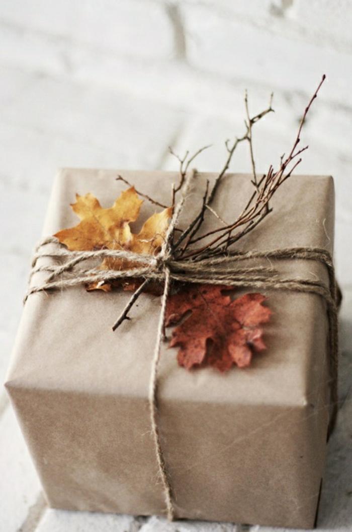 1-pliage-papier-cadeau-original-avec-branches-decoration-d-automne-pour-creer-une-jolie-decoration