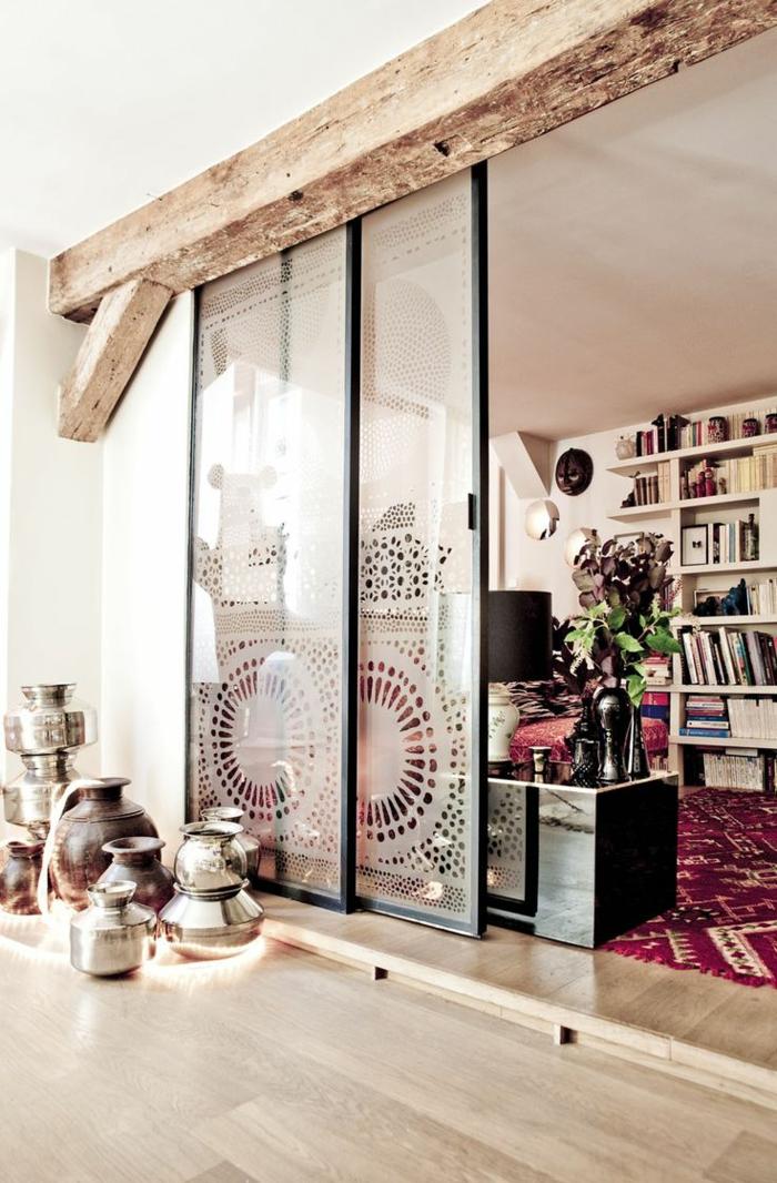 1-porte-coulissante-à-galandage-en-verre-transparent-sol-en-bois-clair-et-tapis-coloré