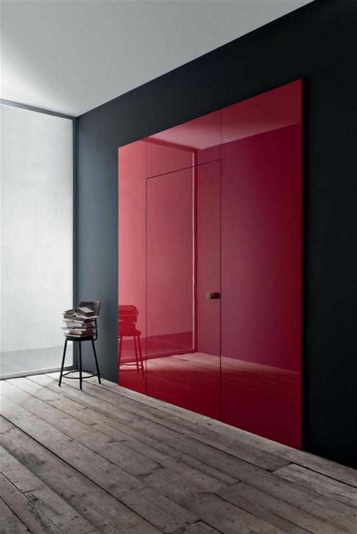 1-porte-galandage-lapeyre-rouge-mur-noir-sol-en-bois-foncé-plafond-blanc