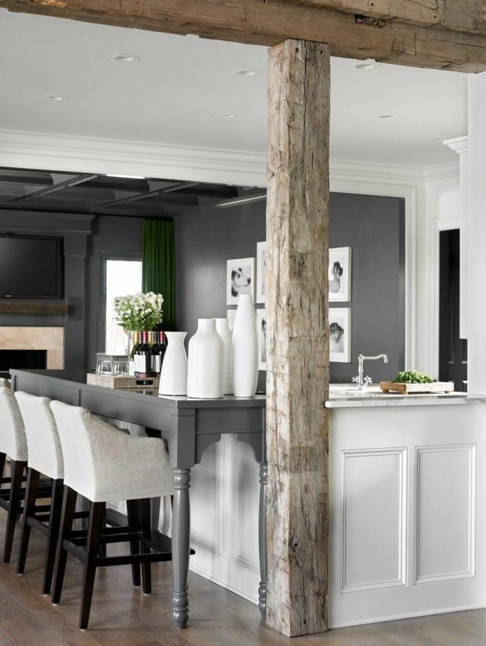 1-poutre-decorative-poutre-chene-et-bar-en-bois-blanc-avec-chaises-de-bar-beiges