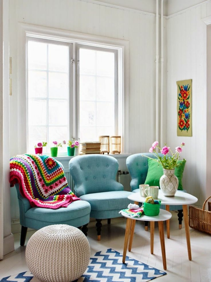 1-protege-canape-avec-un-plaid-pour-canapé-colore-tricote-et-tapis-de-salon-a-rayures-blanches-bleues
