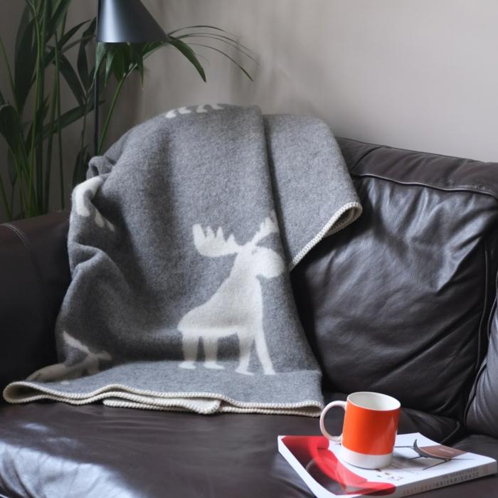 1-protege-canape-avec-un-plaid-pour-canapé-gris-d-esprit-noel-canape-en-cuir-noir