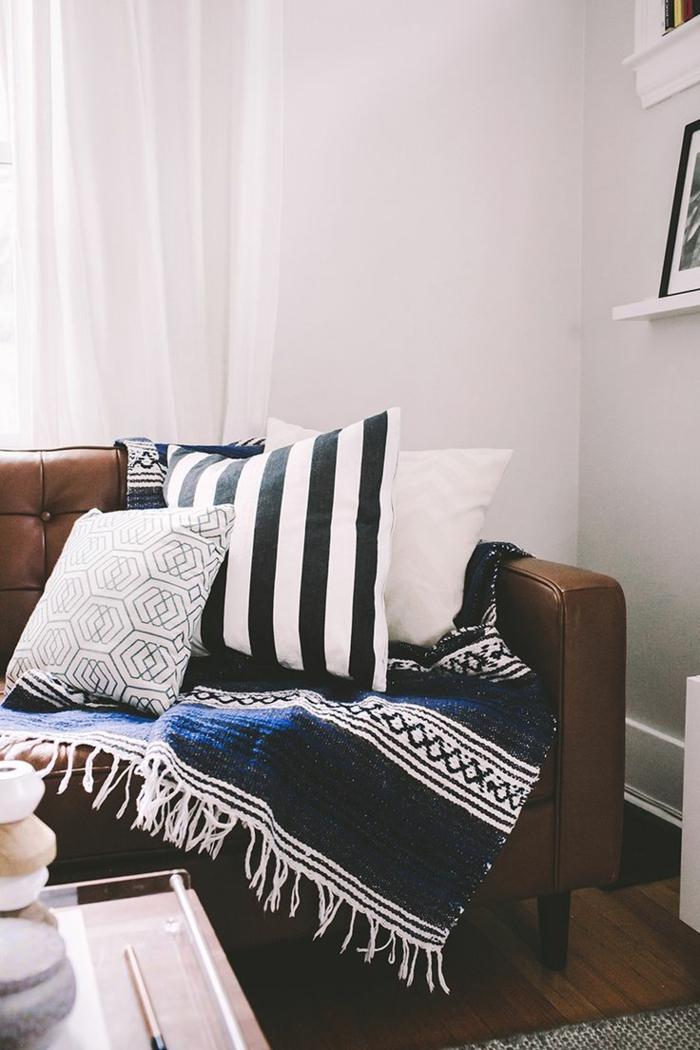1-protege-canape-avec-un-plaid-pour-canapé-plaid-pas-cher-coussins-a-rayures-blanches-noires