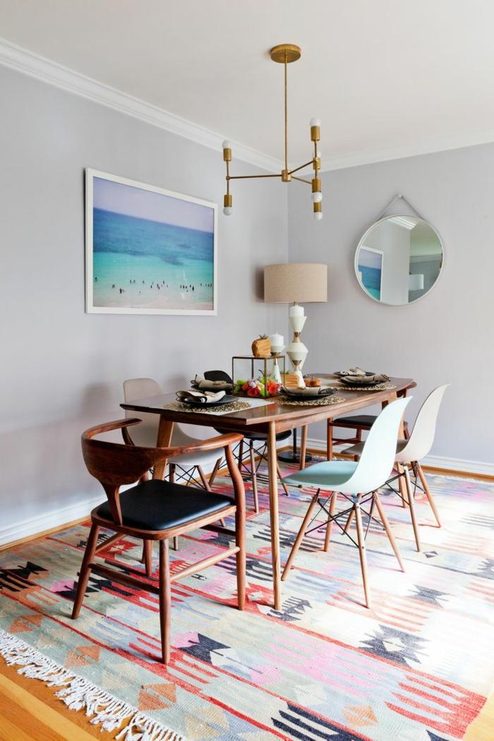 1-salle-à-manger-contemporaine-avec-chaises-contemporaines-salle-manger-moderne-avec-tapis-coloré-et-mur-gris