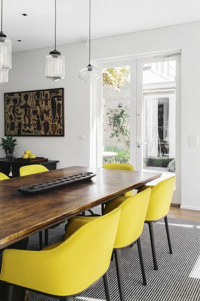 1-salle-a-manger-contemporaine-complete-avec-chaises-jaunes-et-tapis-a-rayures-blanches-et-noires