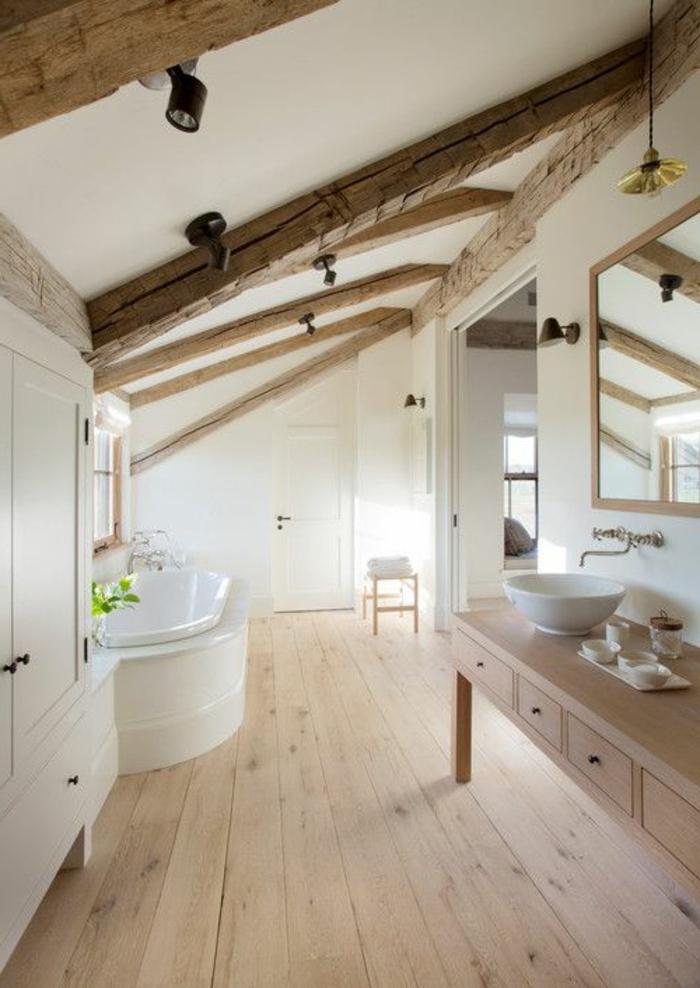 1-salle-de-bain-avec-sol-en-planchers-en-bois-et-plafond-blanc-sous-pente-sol-en-bois-clair