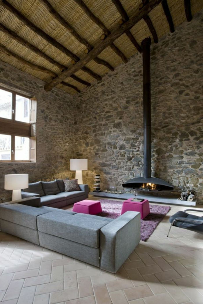 1-salon-avec-cheminée-d-intérieur-et-tapis-rose-fauteuil-gris-dans-le-salon-moderne
