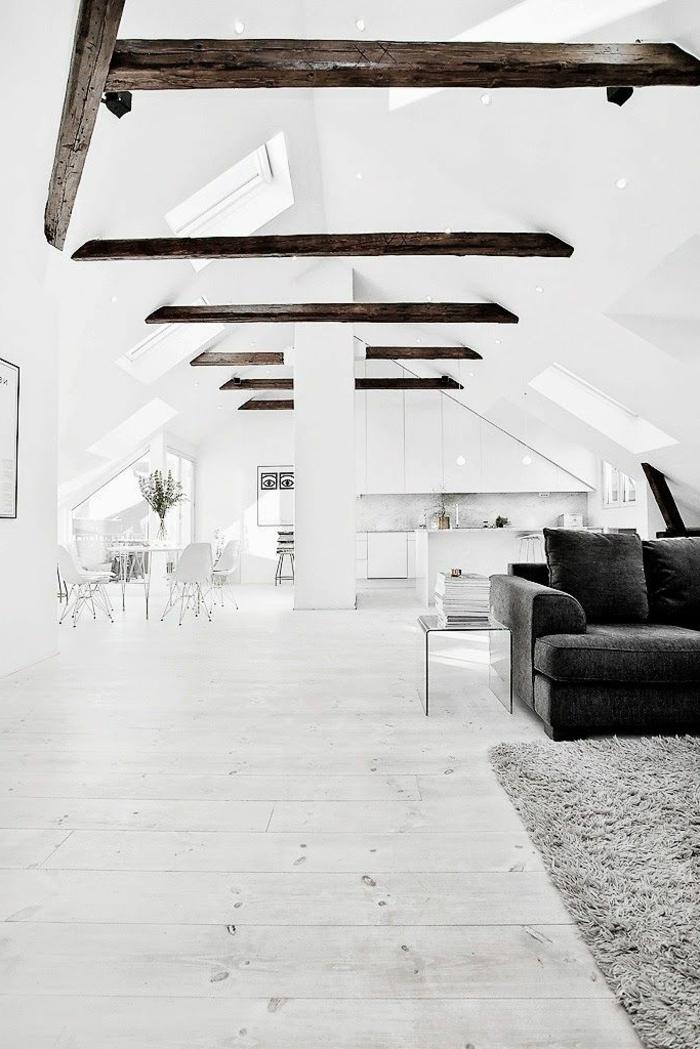1-salon-avec-poutre-bois-massif-plafond-sous-pente-blanc-dans-l-appartement-sous-pente