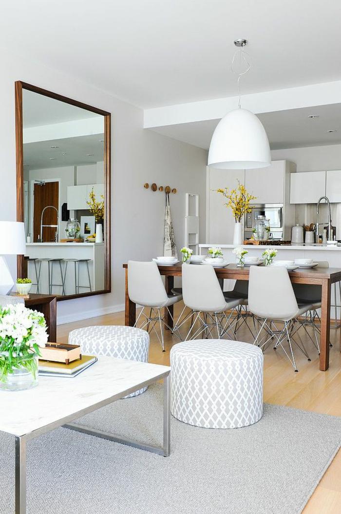 1-table-carrée-salle-à-manger-contemporaine-avec-lustre-blanc-plafond-blanc-sol-en-parquet