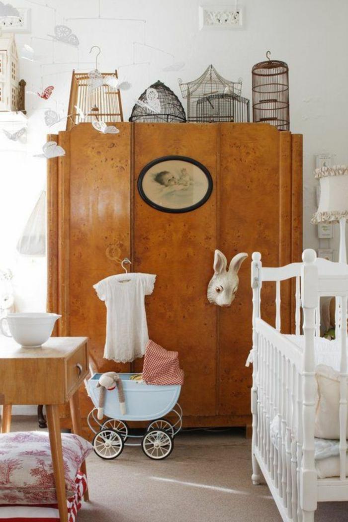1-un-joli-armoir-de-style-retro-chic-lit-d-enfant-en-bois-murs-blancs-moquette-beige