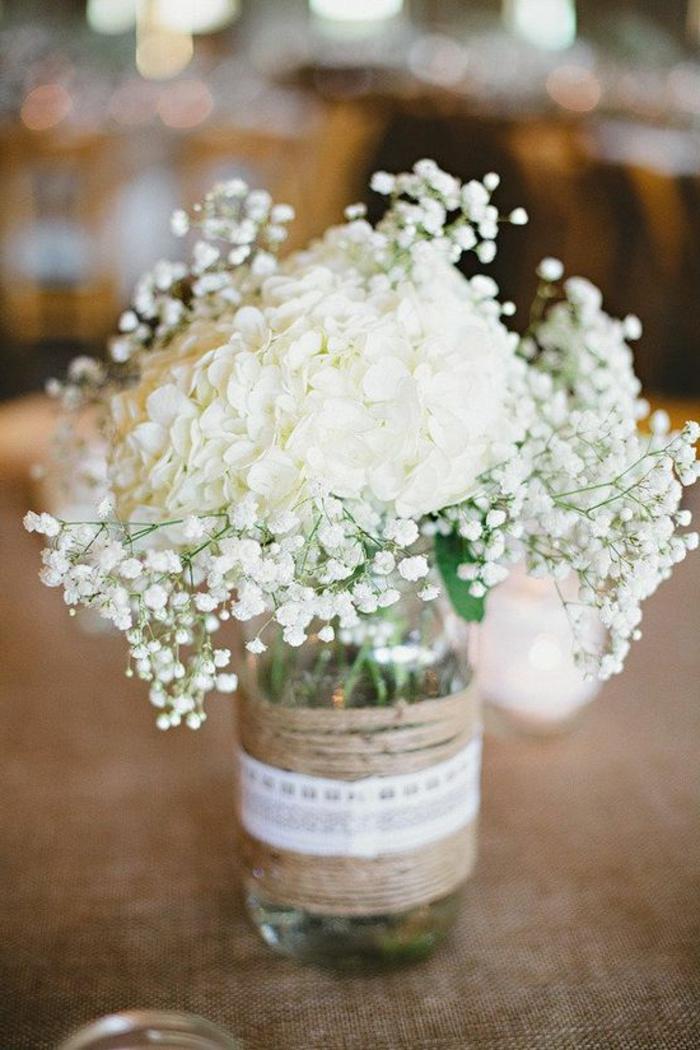 1-un-joli-bouquet-de-fleurs-champetres-blancs-sur-la-table-comment-decorer-la-table