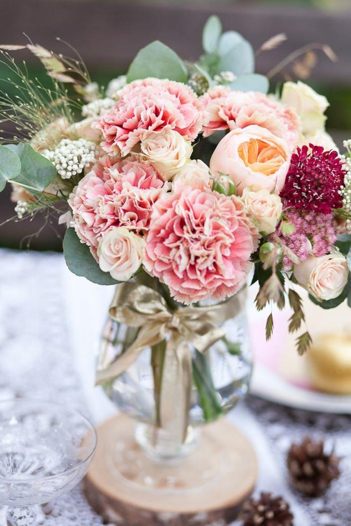 1-un-joli-gros-buquet-de-fleurs-sur-la-table-beaucoup-de-couleurs-et-fleurs
