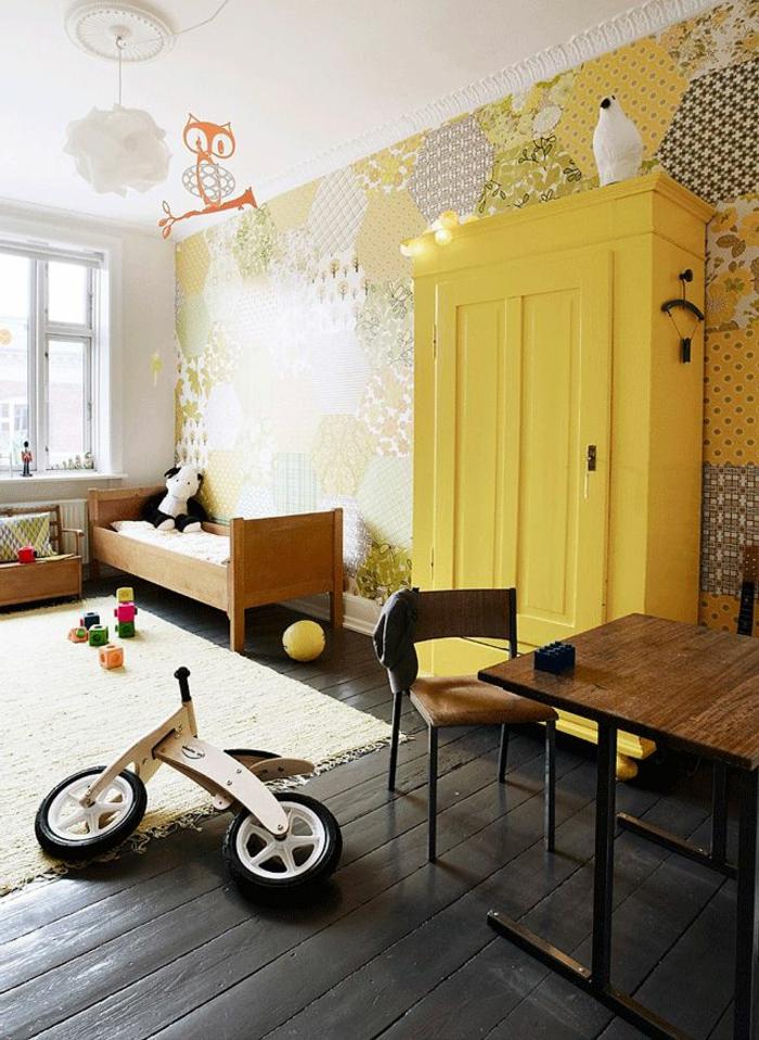 1-une-jolie-chambre-d-enfant-avec-meubles-jaunes-mur-en-papier-peint-coloré-sol-en-planchers-noirs