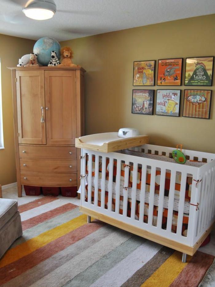 1-une-jolie-chambre-d-enfant-avec-tapis-à-rayures-colorés-lit-d-enfant-murs-beiges
