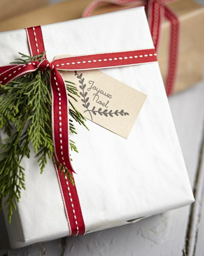 1-une-jolie-idee-pour-paquet-cadeau-noel-et-emballage-cadeau-original-avec-ruban-rouge