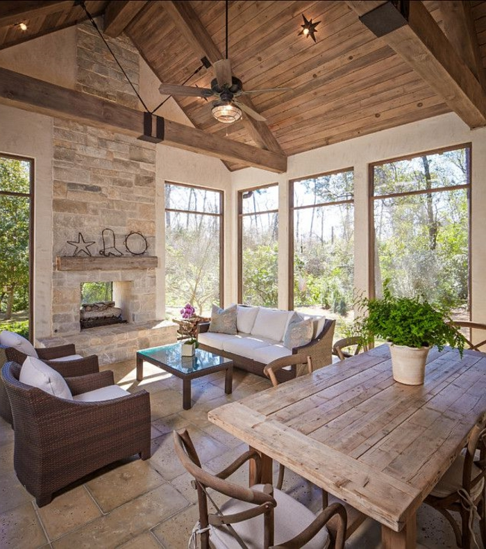 1-une-jolie-véranda-avec-plafond-en-bois-massif-clair-et-table-et-chaises-de-jardin-dans-la-veranda