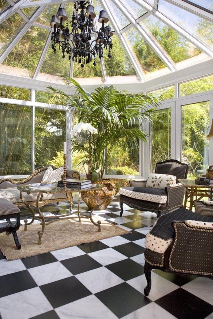 1-une-jolie-véranda-en-kit-avec-plafond-en-verre-et-sol-en-carrelage-blanc-noir-jolie-véranda-en-kit