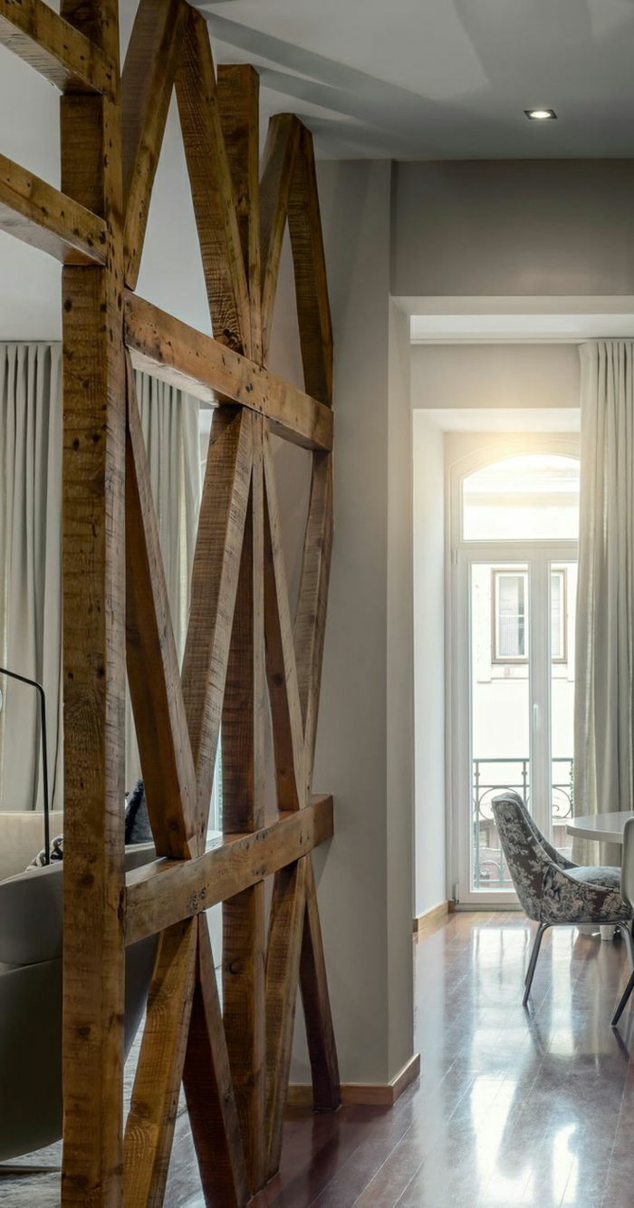 1-utiliser-la-poutre-bois-massif-pour-decorer-la-salle-de-séjour-avec-sol-en-plachers