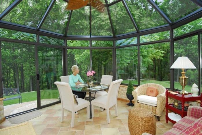 1-véranda-en-kit-avec-vitrage-et-plafond-en-verre-pour-la-veranda-devant-la-maison
