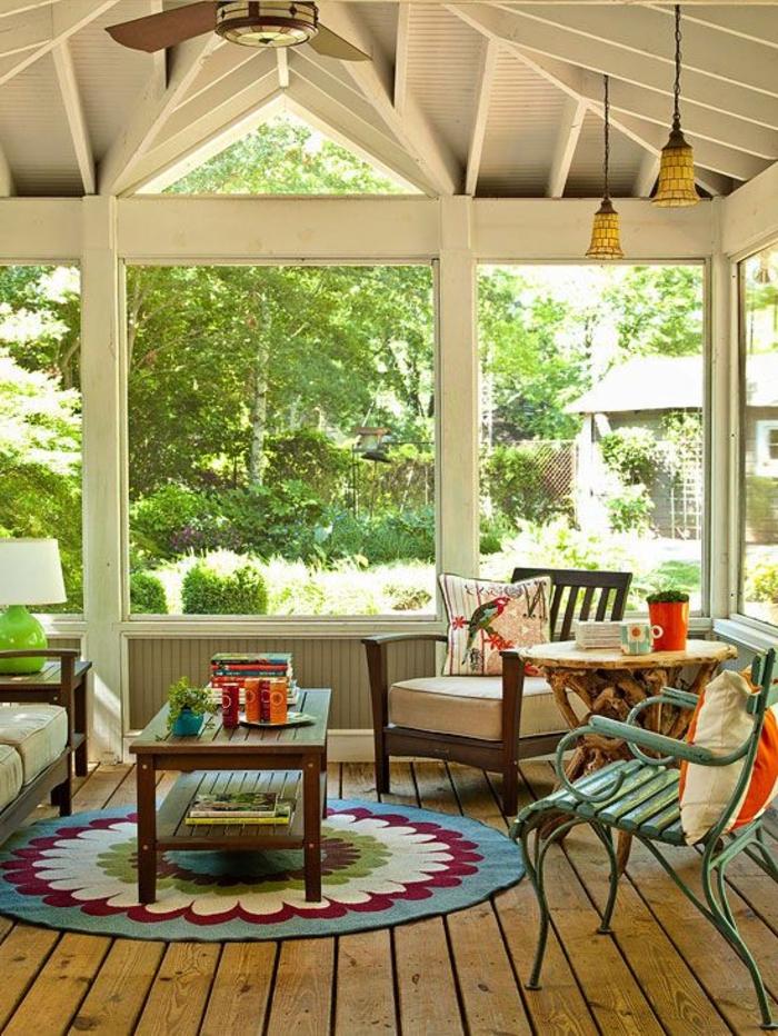 1-vérandas-en-kit-sol-en-planchers-en-bois-clair-et-tapis-rond-coloré-sol-en-planchers