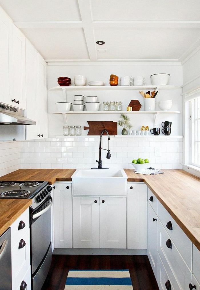 1-v33-rénovation-cuisine-avec-meubles-en-bois-clair-et-meubles-blancs-sol-en-parquet-foncé
