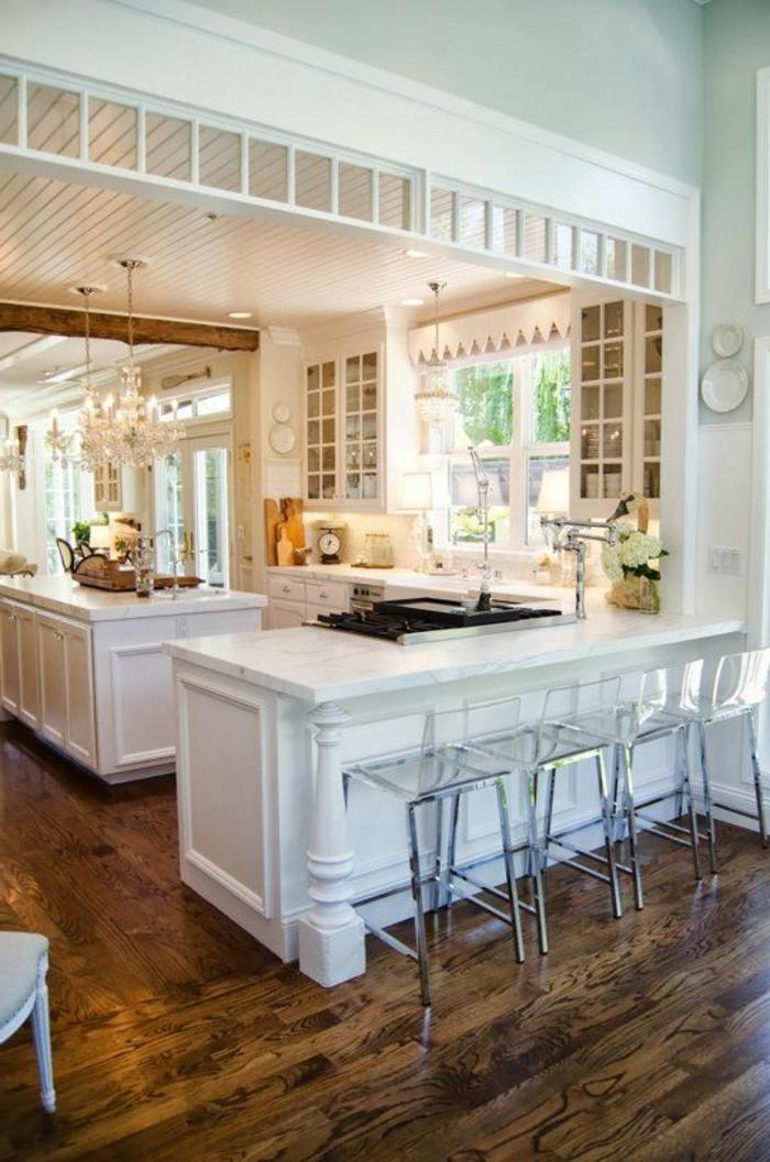 1-v33-rénovation-cuisine-avec-sol-en-parquet-foncé-et-chaises-de-bar-transparentes