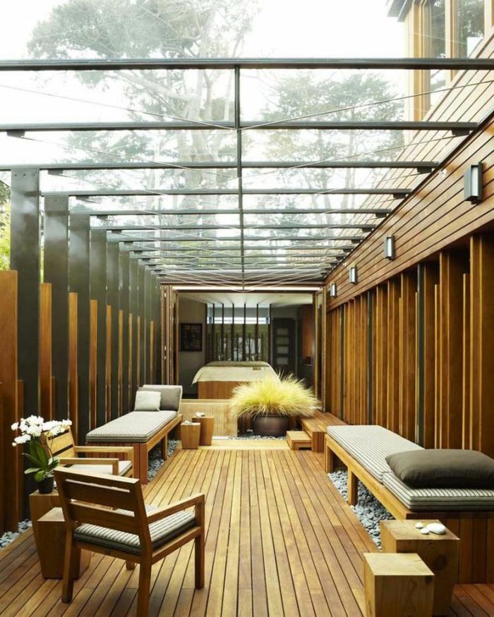 1-verrière-de-toit-avec-sol-en-planchers-clairs-pour-une-veranda-en-verre-et-bois