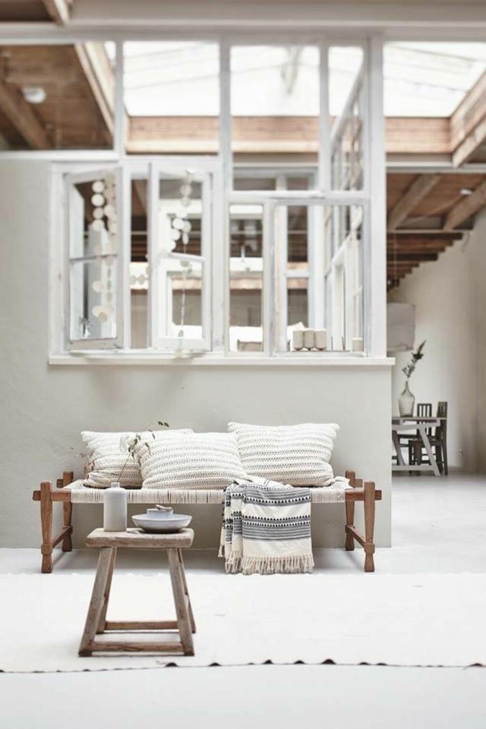 1-verriere-d-interieur-pour-avoir-un-joli-salon-avec-meubles-en-bois-massif-et-chaise-en-bois