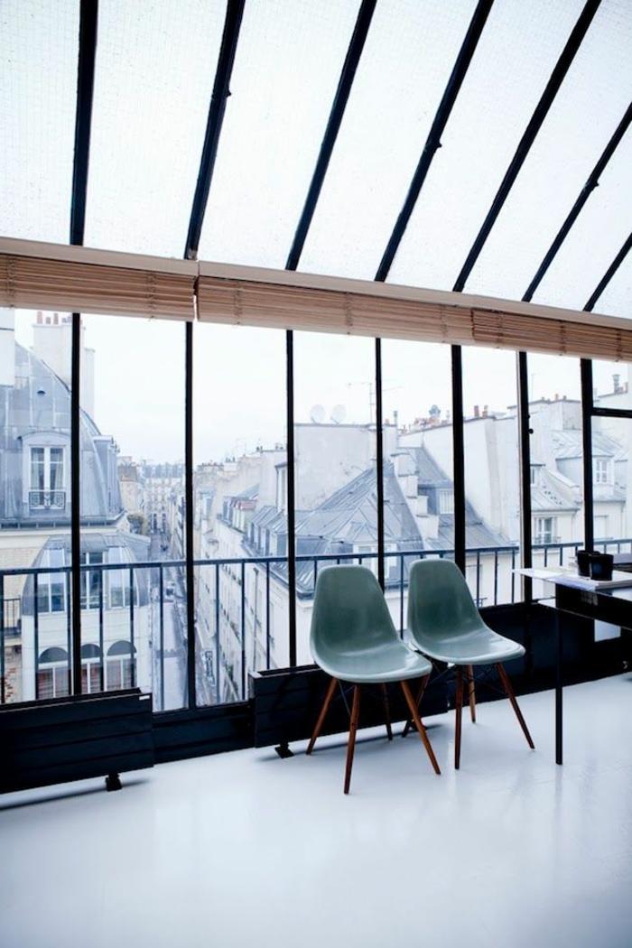 1-verriere-d-interieur-pour-le-salon-contemporaine-chaise-en-plastique-fenetre-grande