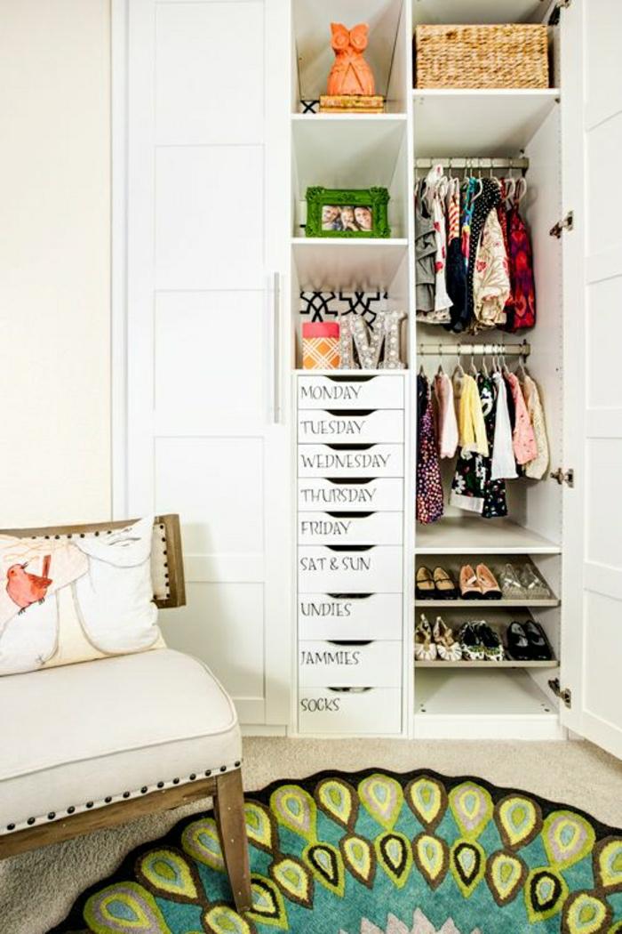 2-armoire-enfant-ikea-pour-la-chambre-d-enfant-avec-tapis-coloré-et-armoire-en-bois-blanc-tapis-beige