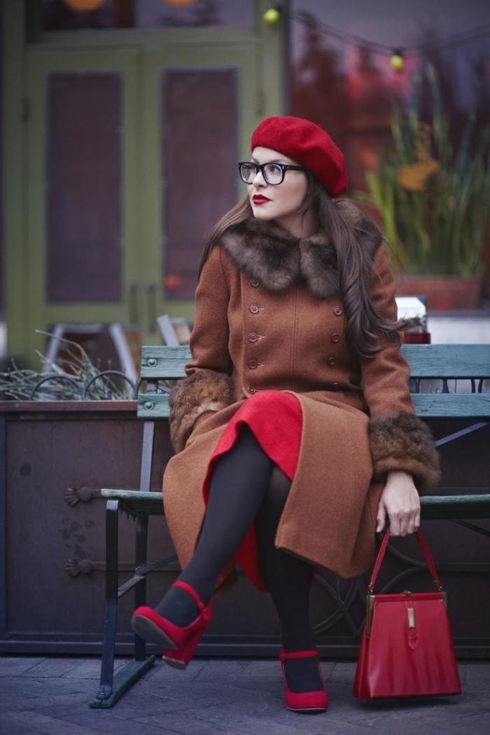 2-béret-casquette-rouge-manteau-marron-pour-les-filles-modernes-cheveux-longs-marrons