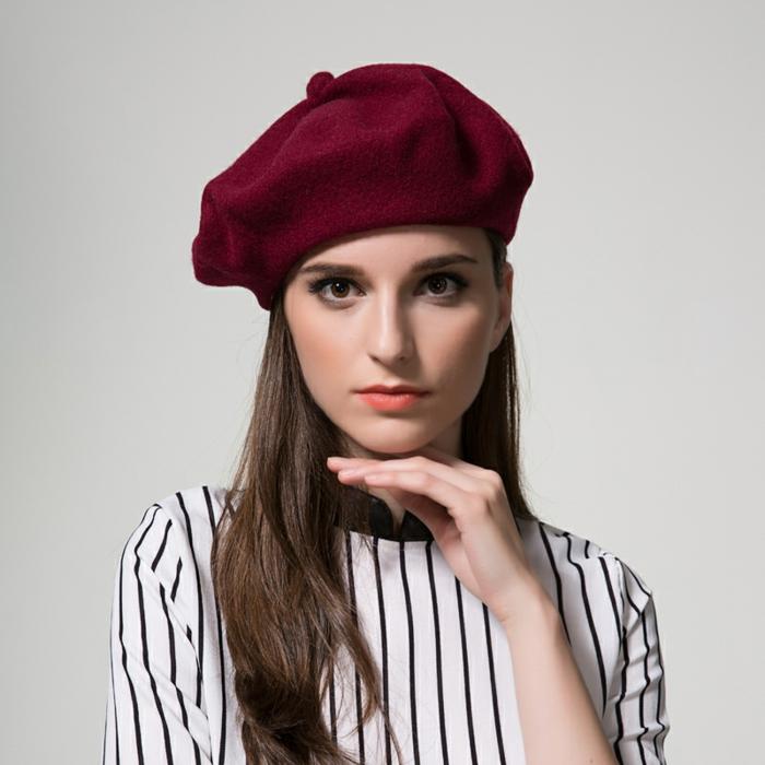 2-beret-feme-chemise-a-rayures-blanches-et-noires-chpeau-rouge-cheveux-mi-longs