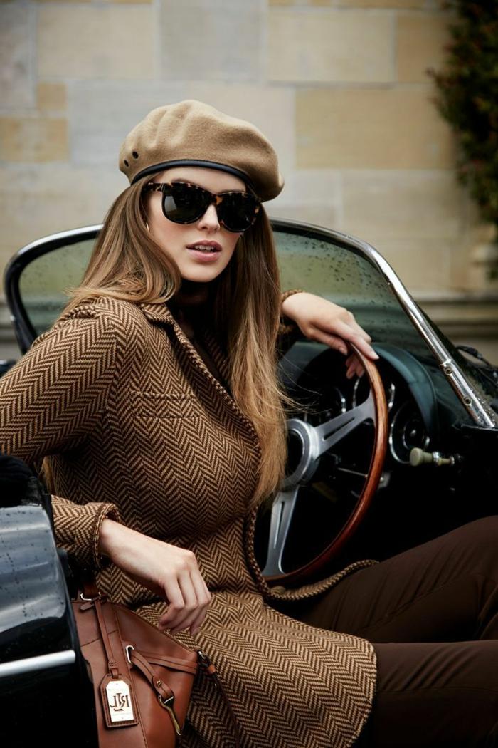 2-beret-femme-cheveux-marrons-longs-voiture-retro-femme-moderne-elagante-béret-femme