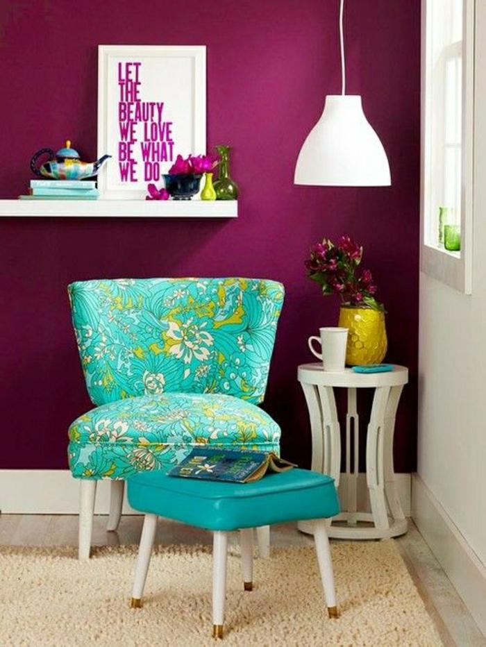 2-bordeau-couleur-tapis-beige-et-chaises-colorés-salon-moderne-et-tapis-beige-sol-en-parquet