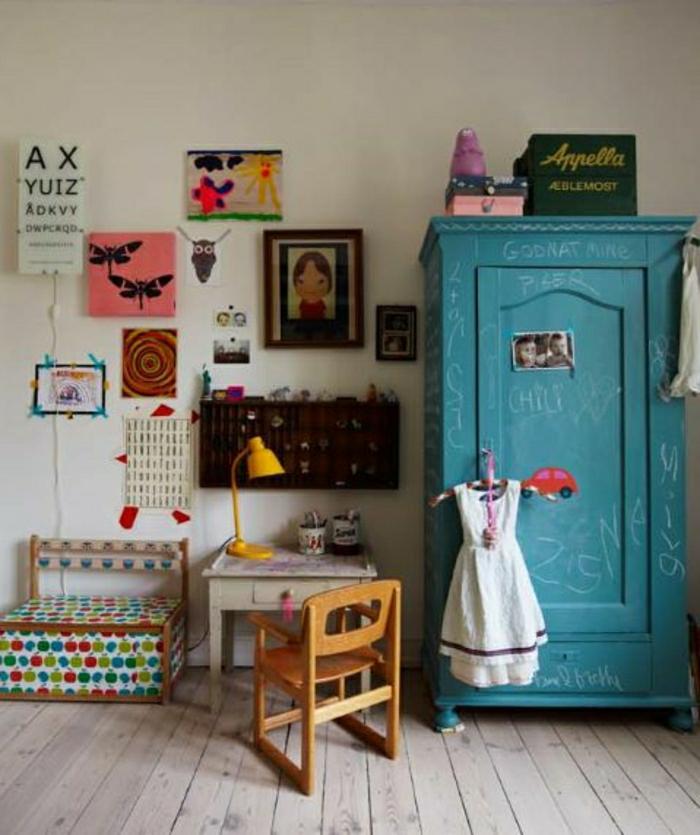2-conforama-armoire-enfant-de-couleur-bleu-foncé-sol-en-planchers-beiges-mur-beige-avec-peintures
